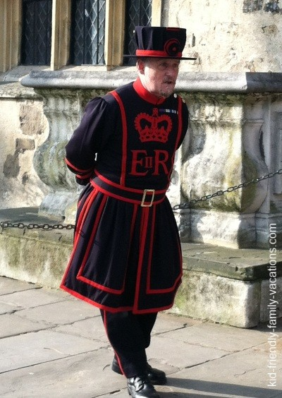 tower of london beefeater : london england vacation